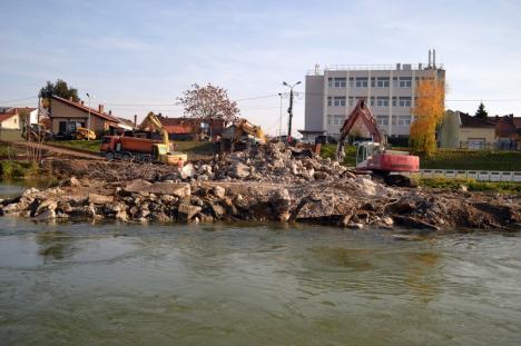 Praf şi pulbere! Podul de la Centrul de Calcul din Oradea a fost dărâmat complet (FOTO)