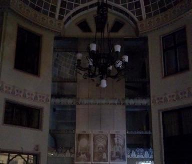 Pasaj în beznă: Proaspăt reabilitat, o parte din Palatul Vulturul negru a rămas fără lumini