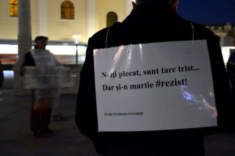 #Rezistă, dar tot mai puţini: 16 orădeni au strigat în stradă sloganuri anti-Guvern (FOTO/VIDEO)