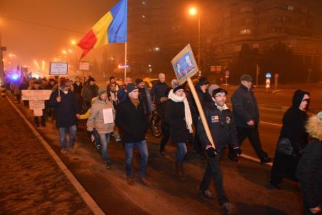 Puţini dar hotărâţi: Protestatarii din Piaţa Unirii s-au decis să mărşăluiască prin oraş (FOTO/VIDEO)