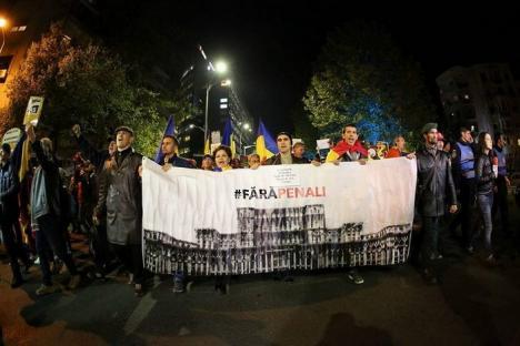 Proteste masive: La Bucureşti, peste 20.000 de oameni scandează 'DNA să vină să vă ia!' în faţa Parlamentului
