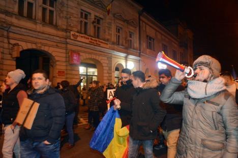 'Altă întrebare, marş la închisoare!' Cei aproape 5.000 de orădeni şi-au încheiat protestul de vineri cu huiduieli în rafale la sediul PSD Bihor ( FOTO / VIDEO)