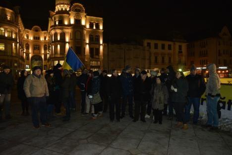 Puţini, dar determinaţi: câţiva orădeni au protestat în ger ca să se ştie că şi de aici se cere demisia lui Victor Ciorbea (FOTO / VIDEO)