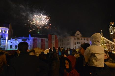 Cu focuri de artificii: Mii de orădeni au sărbătorit trecerea între ani în centrul Oradiei (FOTO/VIDEO)