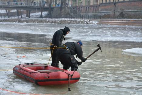 Persoană luată de apele Crişului Repede, în centrul Oradiei. Intervenţia pompierilor, îngreunată de sloiurile de gheaţă (FOTO/VIDEO)