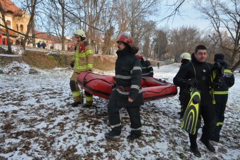 Dispărut sub gheaţă: Pompierii au oprit căutarea persoanei căzute în Crişul Repede (VIDEO)
