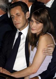 Sarkozy şi Bruni, bănuiţi că au amanţi