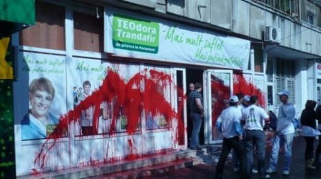 Sediul de campanie al lui Teo a fost vandalizat cu vopsea roşie