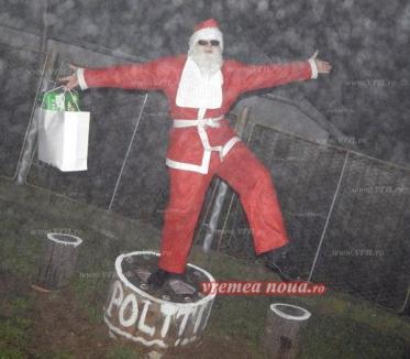 Poliţistul fan Van Damme: S-a pozat în timp ce făcea şpagatul pe maşina de Poliţie, îmbrăcat în Moş Crăciun (FOTO)