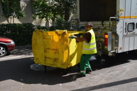 Marea 'săpuneală': RER spală şi dezinfectează containerele şi pubelele din oraş (FOTO)