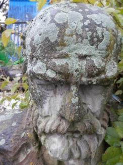 Uitat la ştrand: Statuia lui Gojdu zace abandonată între buruienile din Ştrandul Ioşia (FOTO)