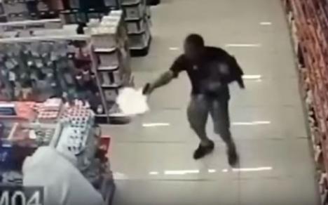 Super poliţistul: A împuşcat doi infractori periculoşi în timp ce îşi ţinea copilul într-o mână! (VIDEO)