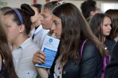 'Alegeţi şcoala care vă plăteşte să învăţaţi!': Elevii bihoreni au aflat ce şi cum vor învăţa, dacă aleg şcolile profesionale (FOTO/VIDEO)