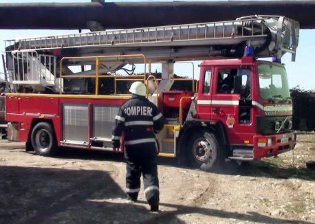 Bărbat găsit de pompieri mort, în propria locuinţă