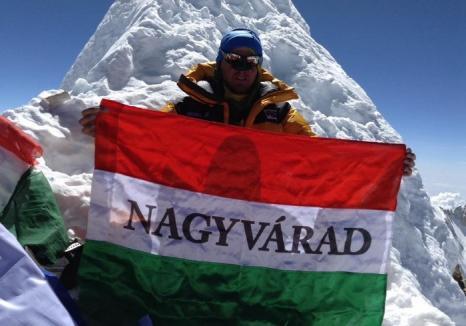 """Autonomist în vârf de munte: Un alpinist orădean s-a pozat în Himalaya cu steagul Ungariei inscripţionat """"Nagyvárad"""" (FOTO/VIDEO)"""