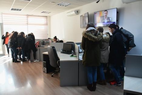 Şcoala altfel, la BIHOREANUL: Elevi de la Colegiul Mihai Eminescu au discutat cu jurnaliştii despre ştiri adevărate şi 'fake news' (FOTO)