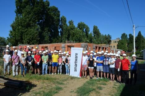 Au schimbat tastatura cu betoniera. 45 de IT-işti din Oradea au pus umărul la construirea de locuinţe pentru nevoiaşi