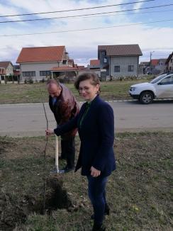 De ziua lor, comisarii de mediu au ţinut lecţii despre poluare şi au plantat copaci (FOTO)