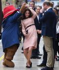 Însărcinată cu al treilea copil, Ducesa de Cambridge şi-a făcut apariţia la un eveniment şi a dansat cu ursuleţul Paddington (VIDEO)