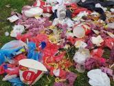 Vandali la KFC: Pubelele restaurantului din Decebal, distruse de oamenii străzii (FOTO)