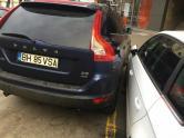 Bizon cu Volvo: A parcat maşina la câţiva milimetri de o alta