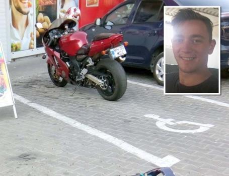 Nesimţire pe două roţi: Şi-a parcat motocicleta pe loc rezervat persoanelor cu handicap şi se mai şi laudă cu asta
