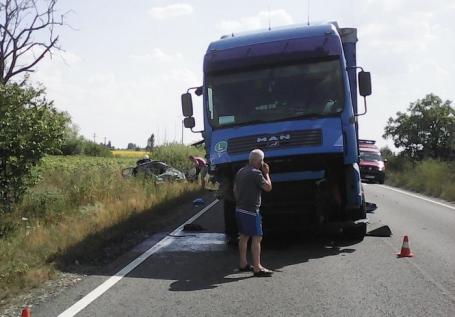 Multiple traumatisme: Şoferiţa care s-a izbit cu maşina frontal de un TIR lângă Mădăras a murit