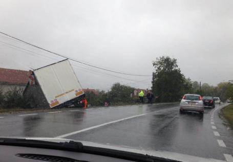 Accidente pe DN1: Un TIR s-a răsturnat în şanţ la Tileagd, un altul lângă Negreni