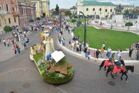 Patru care şi-o 'căruţă'. Consiliul Judeţean şi-a pus emblema pe o remorcă, la Carnavalul Florilor (FOTO/VIDEO)