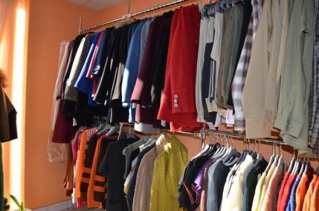 Armani de Bihor: Un buticar din Ştei, prins cu haine contrafăcute în magazin, e acuzat de o pagubă de peste 90.000 lei
