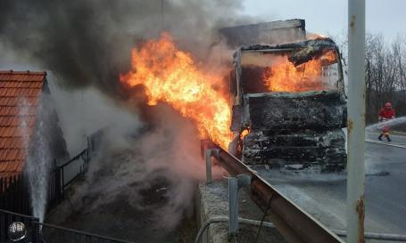 Un TIR încărcat cu baloţi de hârtie a luat foc pe DN1, la urcarea pe Piatra Craiului: Focul s-a extins şi la o casă (FOTO/VIDEO)