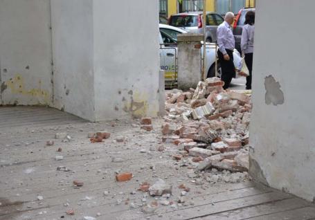 PSD-ul pică! O bună parte din zidul sediului PSD din Beiuş s-a prăbuşit (FOTO)