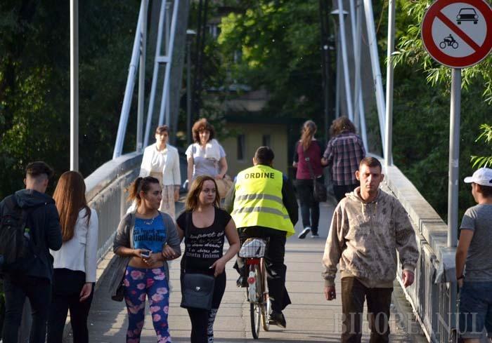 LA COMUN. În zone neprevăzute cu piste dedicate lor, bicicliştii nu au decât să slalomeze printre pietoni. Desigur, bunul-simţ ar trebui să-i îndemne să pedaleze mai cu grijă, ceea ce, după cum reclamă mulţi trecători, adesea nu se întâmplă