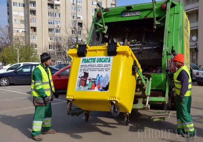 PE RÂND. Reuşita sistemului de colectare selectivă din Oradea este asigurată şi de faptul că operatorul licenţiat de salubritate, RER Ecologic Service, are trasee diferite pentru cele două tipuri de deşeuri: fracţia umedă, adică gunoiul menajer, şi cea uscată, a materialelor ce pot fi reciclate
