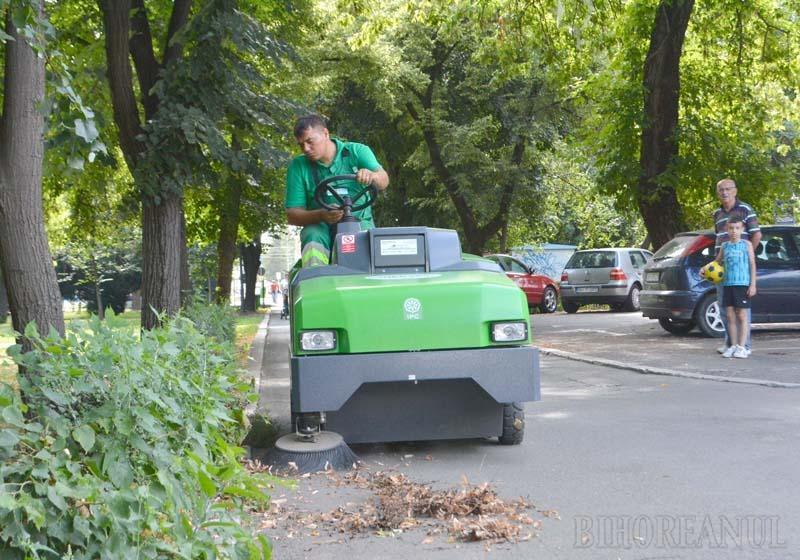 PRACTIC ŞI EFICIENT. Având dimensiuni reduse, noua automăturătoare este perfectă pentru curăţarea prin aspirare a aleilor din parcuri şi de pe străzile pietonale