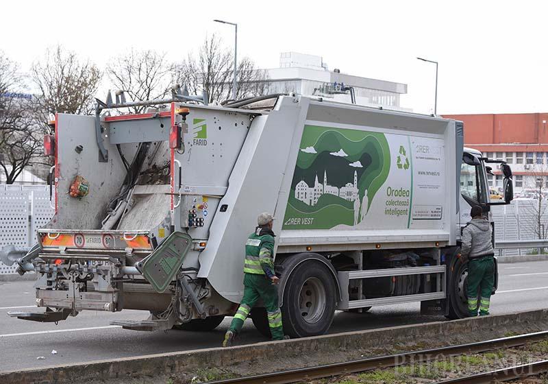 FĂRĂ ÎNTRERUPERE. Echipajele RER Vest continuă să colecteze deşeurile orădenilor şi să salubrizeze străzile urbei conform programelor obişnuite. Ca muncitorii să-şi poată vedea de treabă, cetăţenii trebuie, la rândul lor, să respecte câteva îndrumări simple
