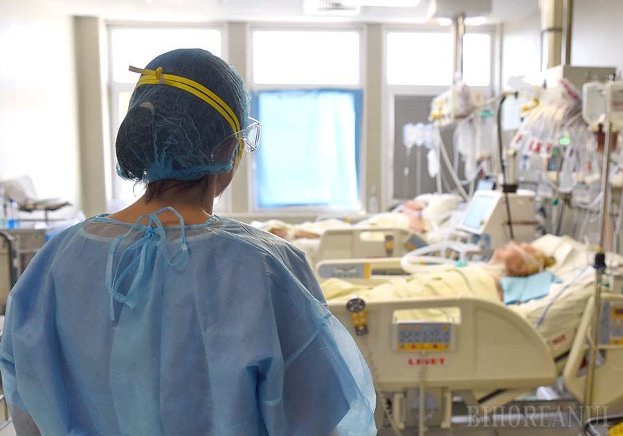 """EFORTURI ŞI DEZAMĂGIRE. Emilia e una dintre asistentele de a cărei pricepere în mânuirea echipamentelor sofisticate depind vieţile pacienţilor. """"Pleci acasă cu o mare dezamăgire când ştii că aici dai totul pentru bolnavi, iar afară auzi că omorâm oameni"""", spune tânăra, marcată de ostilitatea unora faţă de medici. Singurii care, de fapt, le pot salva rudele, prietenii sau, nu se ştie niciodată, pe contestatarii înşişi... (foto: Szilagyi Lorand)"""