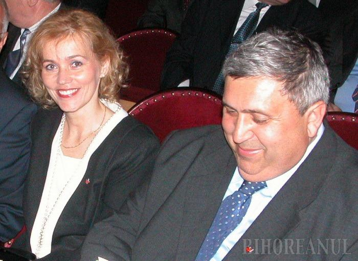 """CUPLU PENAL. Preşedinte al Organizaţiei de Femei a UDMR, Rozalia Biró este considerată pupila liderului UDMR Bihor, Alexandru Kiss, cu care este asociată în mai multe firme. Acesta a şi """"iniţiat-o"""" în viaţa politică, propulsând-o în diverse funcţii publice, iar în 2012 şi în Senatul României. Acum, Biró e legată de mentorul său nu doar la bine, ci şi la """"greu"""", împărţind cu """"baronul"""" UDMR şi o parte din dosarele penale..."""