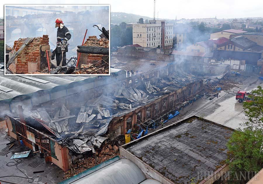 LA PĂMÂNT. Din vechea hală a Pieţei Mari nu a rămas decât o uriaşă grămadă de dărăpănături şi moloz, în care sâmbătă pompierii încă mai stingeau mici focare ale incendiului din noaptea precedentă, care s-a întins pe nu mai puţin de 1.600 metri pătraţi, distrugând atât bunurile Administraţiei Domeniului Public, cât şi pe cele ale comercianţilor aflaţi în chirie