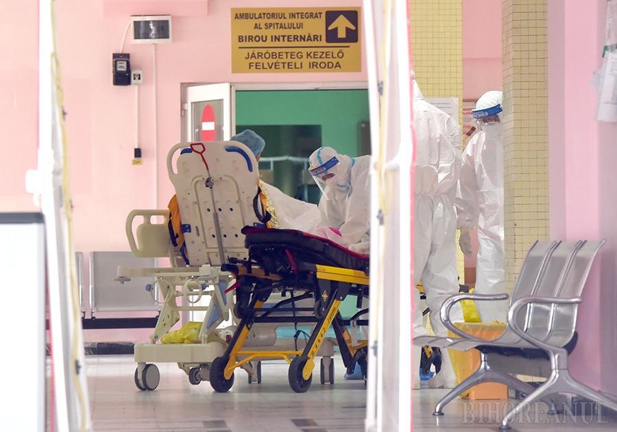 SUB ASEDIU. Mobilizat ca unitate exclusiv anti-Covid de la jumătatea lunii martie, redeschis pe 1 iulie pacienţilor cronici, dar transformat din nou pe 1 august într-un uriaş spital de boli infecţioase, Municipalul din Oradea e aproape plin, iar prognoza e sumbră. Fiindcă riscă să nu mai facă faţă singur, o parte dintre pacienţi vor fi preluaţi de Spitalul de Recuperare din Băile Felix, iar cei din zona Beiuş, asimptomaticii, vor rămâne în spitalul din localitate. În plus, aproape 60 de medici şi asistente din Marghita, Aleşd şi Salonta au fost detaşați la Oradea pentru a-şi ajuta colegii epuizaţi şi loviţi ei înşişi de virus