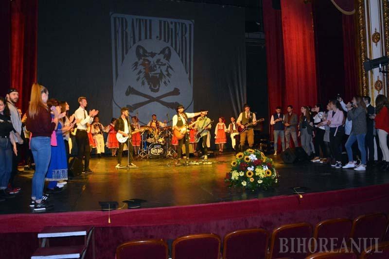 LA TEATRU. Pe 1 octombrie, Jdierii au urcat, în premieră, pe scena Teatrului Regina Maria din Oradea, invitaţi la ceremonia începerii unui nou an universitar. Deşi au avut parte de un public nu prea numeros, s-a lăsat cu chef: cei cinci rockeri au reuşit să-i scoată pe studenţi şi profesori la dans, chiar pe scenă