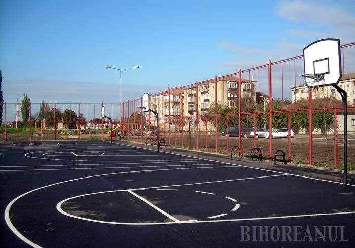 PE BANII CLUJENILOR. Locurile de joacă, terenurile de sport şi aleile parcului din strada Octavian Goga au fost amenajate de Eco Bihor cu o parte din banii încasaţi de la Primăria Cluj, care timp de trei luni şi-a adus deşeurile la depozitul orădean