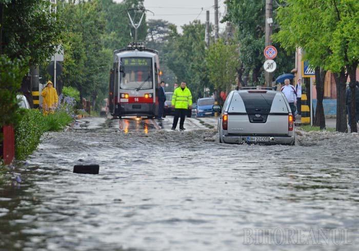VINE APA! Cele mai frecvente riscuri la adresa bunurilor şi vieţii sunt inundaţiile cauzate de depăşirea capacităţii de preluare a precipitaţiilor de către reţelele de canalizare, iar cele mai catastrofale ar fi revărsările în urma avarierii unui baraj din cele patru construite pe Crişul Repede