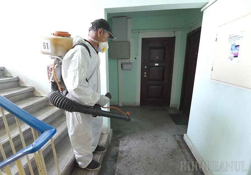 FIŢI PRECAUŢI! Dezinfecţia scărilor de bloc şi a staţiilor OTL a început în Nufărul. Angajaţii firmei Coral Impex folosesc un produs pe bază de apă oxigenată, care nu este toxic. Totuşi, locatarilor li se recomandă să nu iasă din apartamente cel puţin două ore după finalizarea lucrărilor