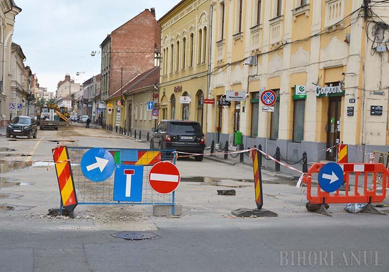 """STOP! Forțată de scăderea veniturilor, municipalitatea orădeană a amânat modernizarea unor străzi ultracentrale precum Traian Moșoiu (foto), Jean Calvin, Spiru Haret sau Emanuil Gojdu. """"Lucrările vor fi făcute anul viitor"""", spune viceprimarul Florin Birta"""