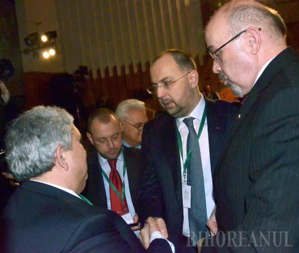 """LA PUTERE. Departe de a-l mustra pe liderul UDMR Bihor, Alexandru Kiss (stânga), pentru că ar fi """"tulburat"""" Congresul prin încheierea protocolului cu USL, atât noul lider al Uniunii, Kelemen Hunor (mijloc), cât şi cel în retragere, Marko Bela (dreapta), au dat semnale clare că-l preţuiesc la fel de mult"""