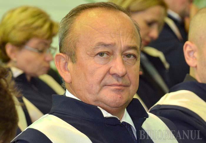 PENSIONAR DE LUX. Decanul Facultăţii de Drept, Valentin Mirişan (foto), le poate preda studenţilor o lecţie de succes în viaţă. Pe bani publici! În 2016, a fost două luni procuror la Parchetul Curţii de Apel Oradea, unde câştiga un salariu mediu de 24.500 lei, dar din martie s-a pensionat şi s-a ales cu o pensie-record de 17.600 lei. Cumulat cu salariul de profesor şi de decan, în medie lunară de 8.400 lei, Mirişan duce acasă în fiecare lună aproape 6.000 euro...