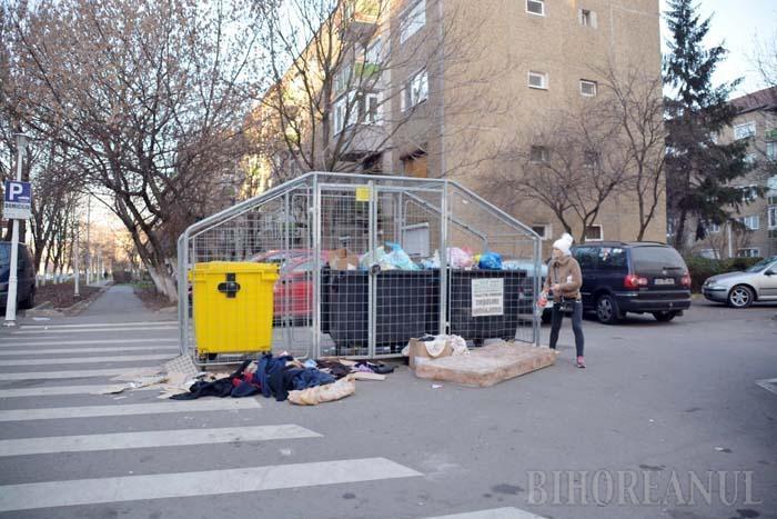 Aşa nu! Cartierele orădene sunt pline cu deşeuri lăsate în jurul ţarcurilor