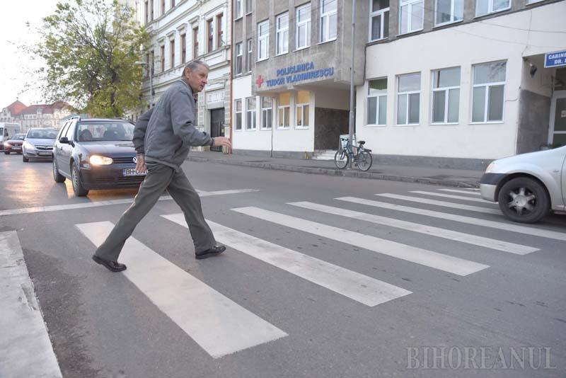 Ne enervează: Din cauza vopselei folosite, trecerile de pietoni din Oradea sunt adevărate pericole