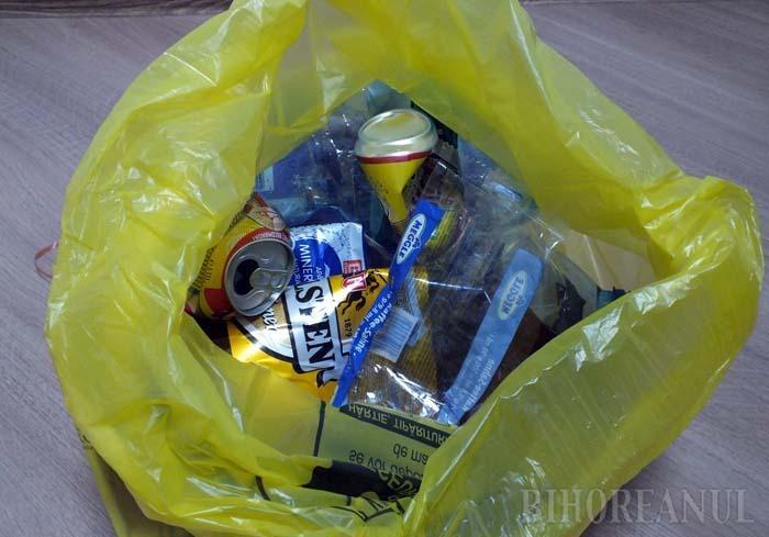STRIVIŢI, VĂ ROG! Pentru a fi transportate mai eficient, deşeurile reciclabile trebuie strivite, aşa încât să ocupe cât mai puţin loc în maşini
